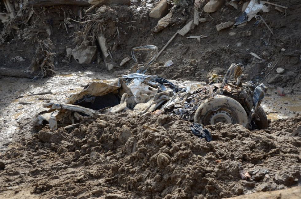 土砂に押しつぶされた自動車