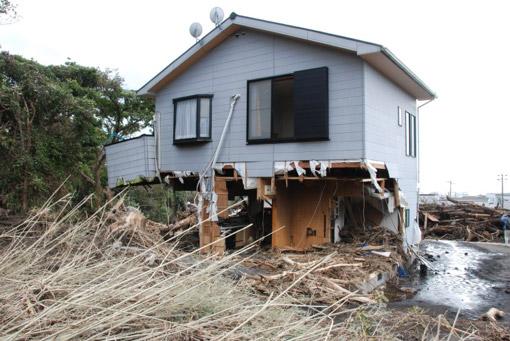 無残にも1階部分がなくなった木造住宅