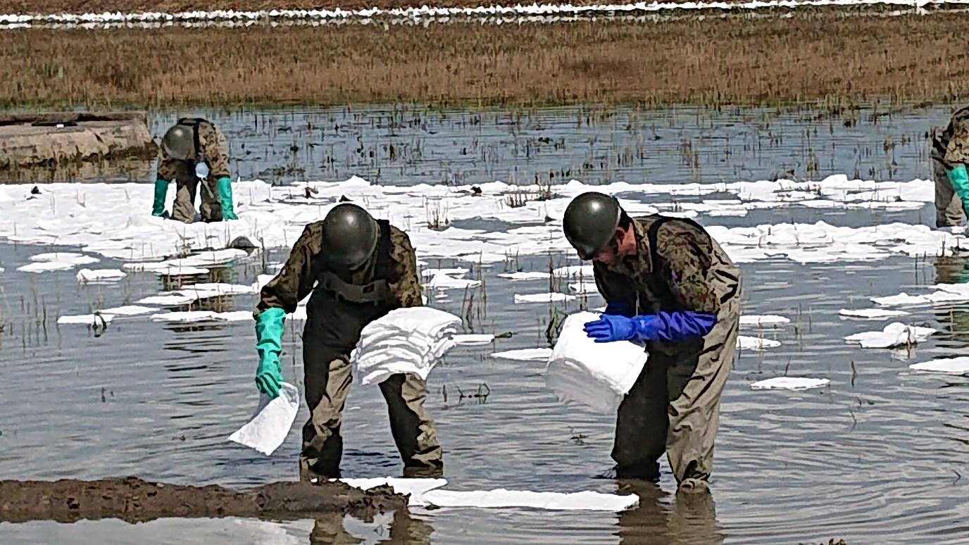 鉄工所から漏れた油の処理に追われる自衛隊の方々
