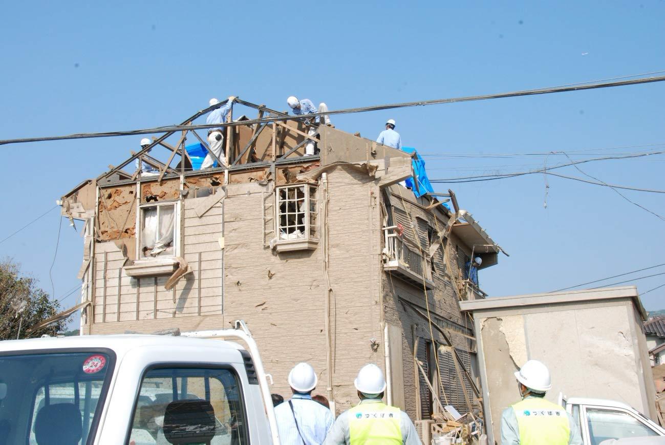 つくば市を襲った竜巻によって屋根が飛ばされた軽量鉄骨住宅