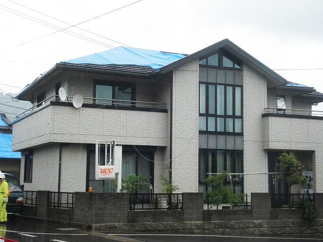 まだ建築後左程経過していないと思われる住宅の屋根が損壊しブルーシートで応急処置
