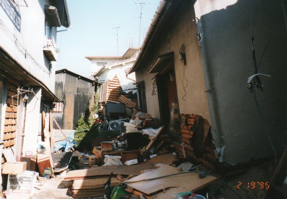 阪神淡路大震災で倒壊した木造住宅