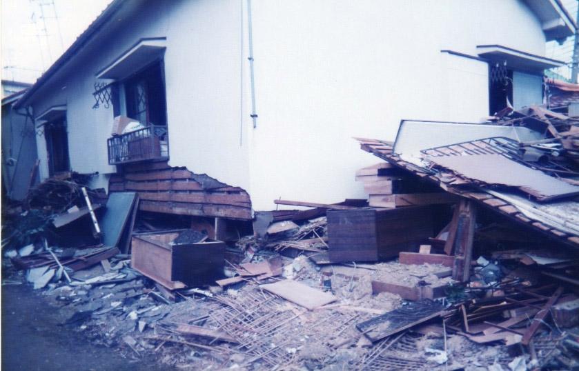 阪神淡路大震災では多くの木造住宅が倒壊した