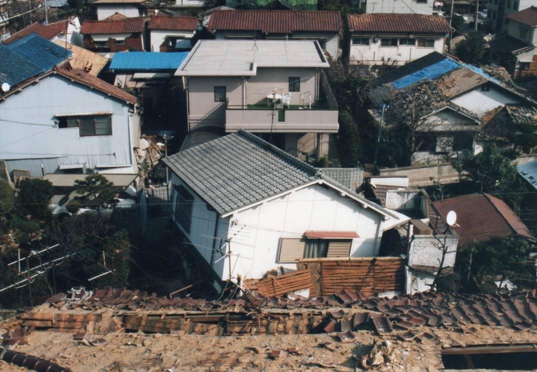周りが全半壊する中、一部損壊もなく25人が避難したWPC工法の住宅(中央)