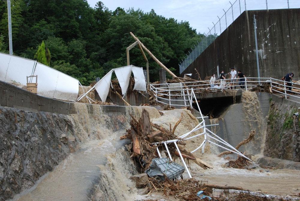 土石流発生地ではまだ滝のように泥水が流れ落ちている