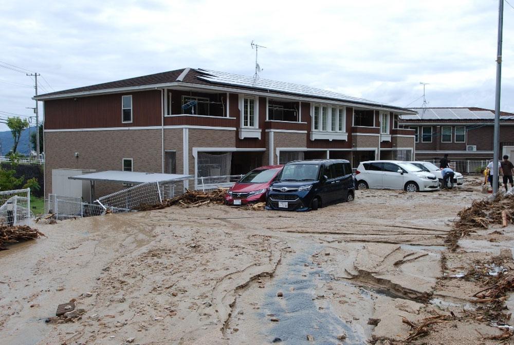 駐車場では車が土砂に埋まり、動けない状態です。