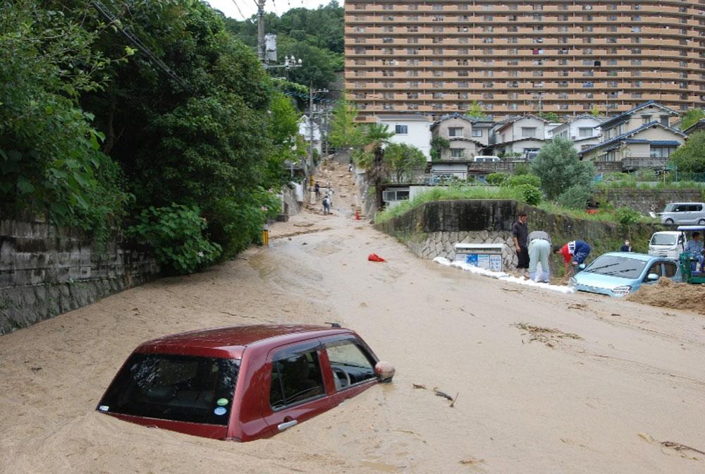 広島市西区田方で土砂に埋まった車
